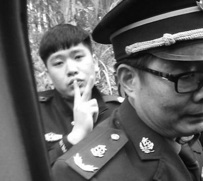 南宁交警被指打人摆V字手势 回应称是协管员(图)