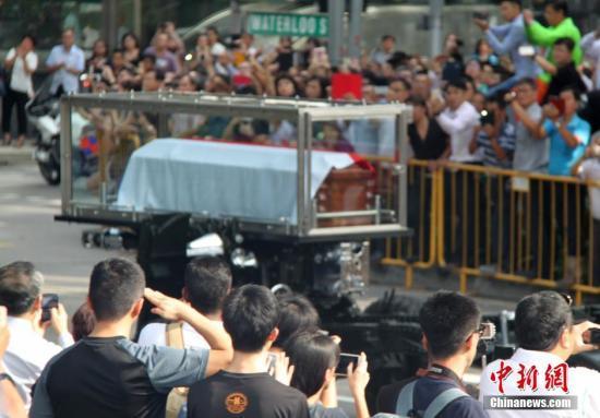 新加坡吊唁李光耀公众深夜不散 平均需排队4小时