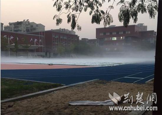 武汉一学校翻修操场有异味 校方称不影响健康
