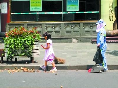 5岁女孩40度高温帮环卫工母亲扫地 警察送饮用水