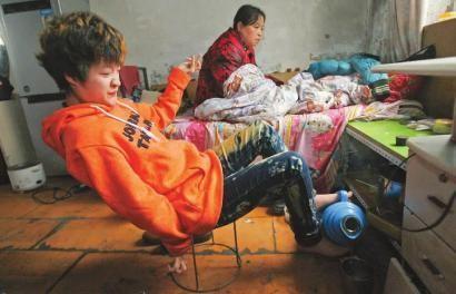 赵娜刚学习用脚倒热水时,被烫过很多次 本组图片 本报记者 孙立国 摄