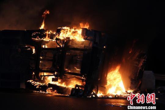 京珠高速鹤壁段4车相撞火光冲天2人死亡