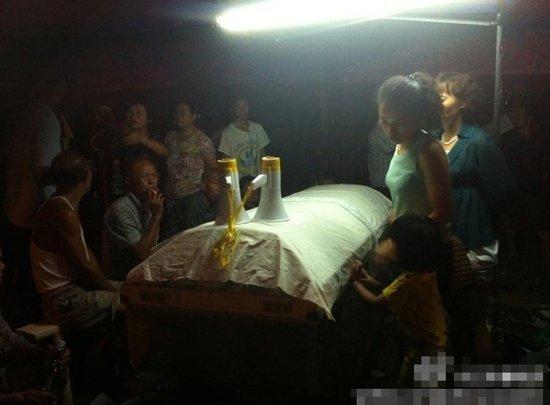 湖南警方被指凌晨抢夺瓜农尸体 追打围观者(图)