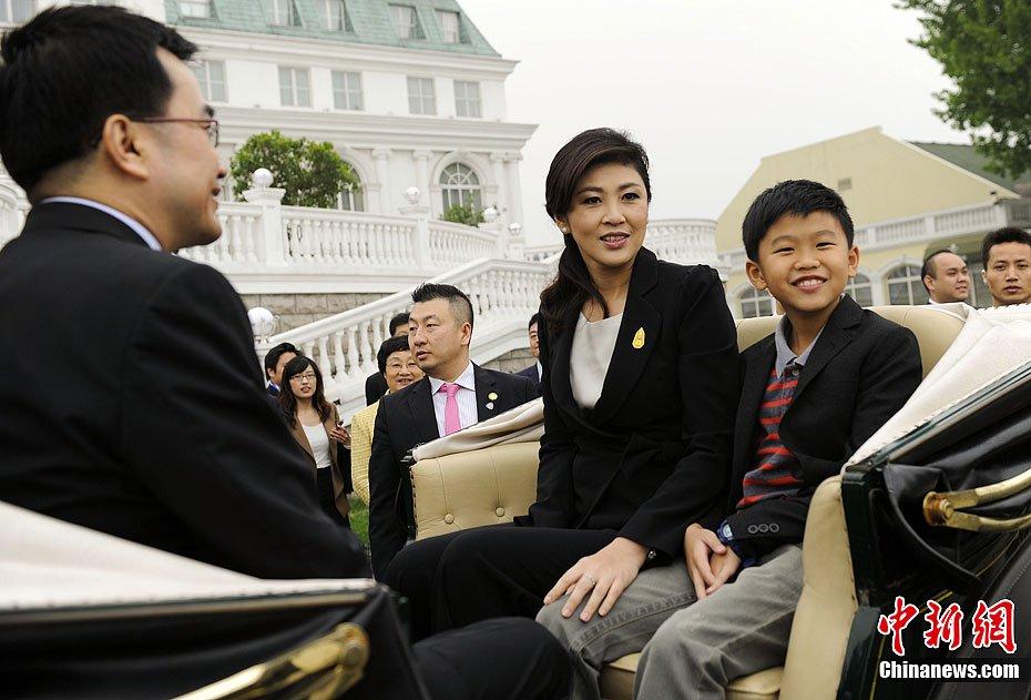 泰国女总理英拉访华 携丈夫儿子坐马车 - 赛虎