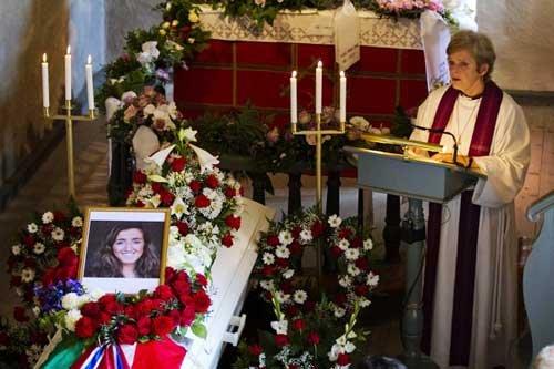 挪威降半旗向血案遇难者致哀 为遇难者举行葬礼