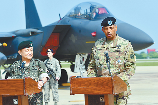 美连续派战略武器吓朝鲜 B-1轰炸机低空示威