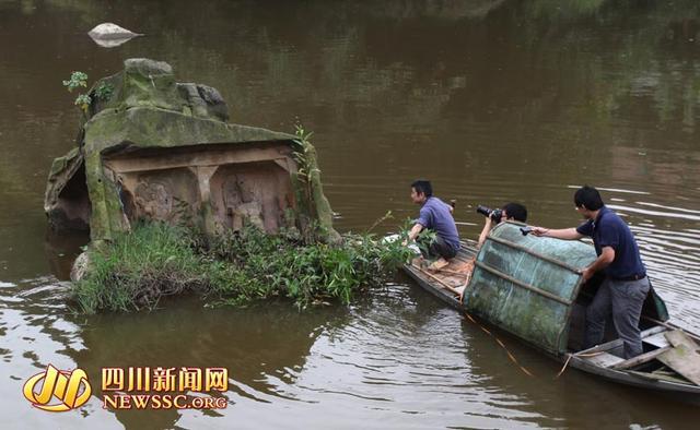 """四川自贡河中现""""菩萨石"""" 雕刻天龙八部等题材"""