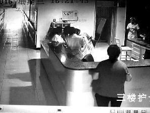 35岁产妇大出血致死 监控曝光医护人员正玩手机