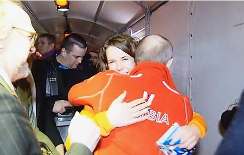 普京造访同性恋酒吧 与女同性恋冠军拥抱共饮