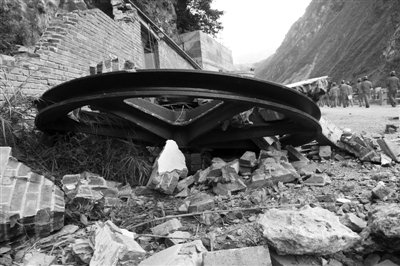 云贵地震现场:山上不时滚下巨石 滑坡阻断河道