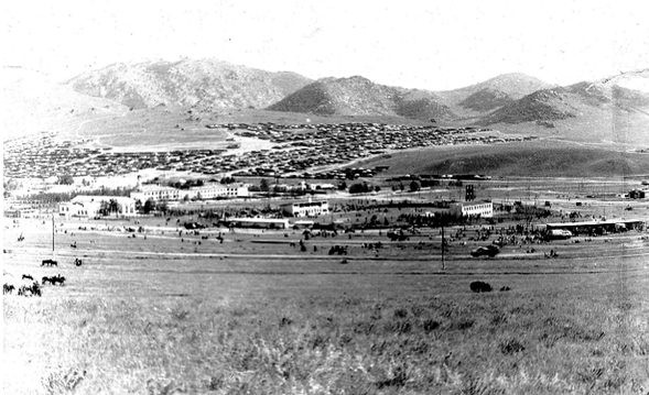 ▲后杭盖省策策尔格勒市东部远眺,徐洪慈摄于1980年。