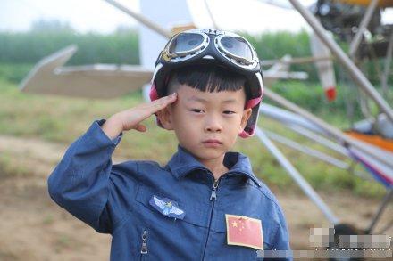 """5岁""""裸跑弟""""驾飞机越过北京野生动物园"""