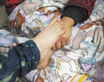 赵娜用脚轻轻拍着妈妈的手