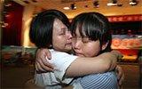 女子监狱服刑人员与子女相聚 抱头痛哭