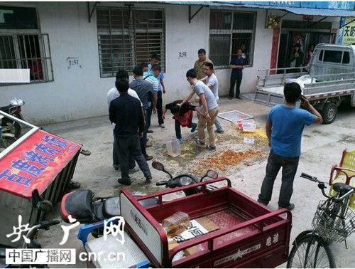 河南信阳城管暴力执法 按住女摊贩头殴打