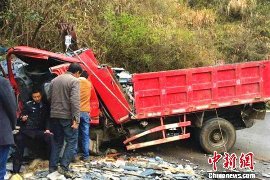 货车撞山乘客受伤被困 民警托举伤者营救