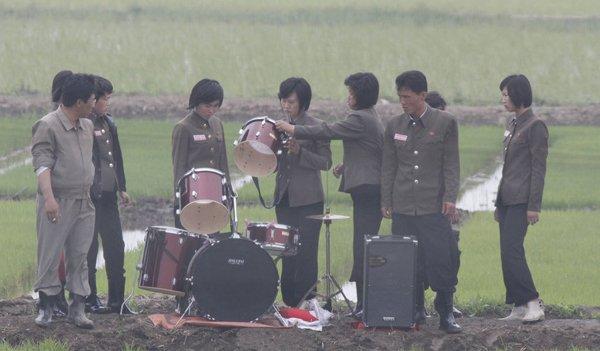 高清:朝鲜歌唱队田间唱歌助阵农民插秧