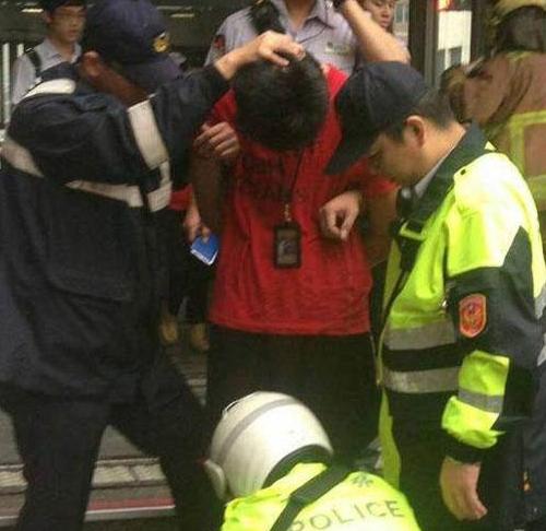 台北地铁随机砍人事件嫌犯为21岁大二男生