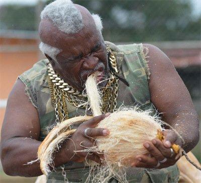 巴拿马司机身怀绝技 8秒钟用嘴剥光椰子皮(图