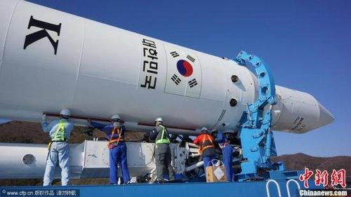 """当地时间11月27日,韩国首枚自主研制运载火箭""""罗老""""号KSVl-I被运往全罗南道高兴郡罗老宇航中心,计划于29日进行第三次发射。CFP视觉中国"""