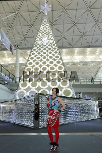 巨型圣诞树香港机场迎客 由百万颗水晶打造(图)