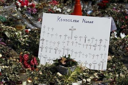 挪威首都奥斯陆市中心摆满了纪念爆炸枪击事件遇难者的鲜花和各种纪念品。