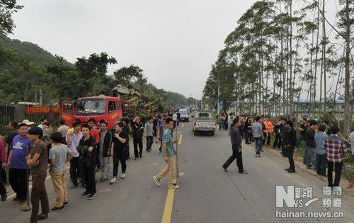 25日下午,植树志愿者分批到达植树活动现场.据了解,活动当天共有