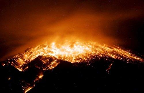 厄瓜多尔火山喷发 场面似炮弹发射(图)