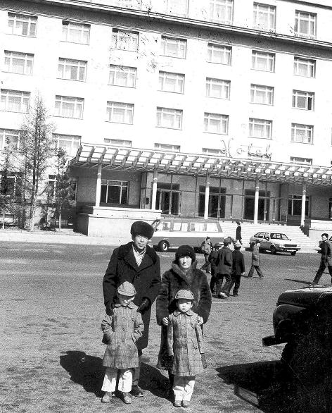 ▲1984年3月乌兰巴托大饭店,徐洪慈回国前夕全家福。
