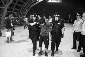 嫌犯为避追捕一次买三张车票 曾自学大学政法课(图文)