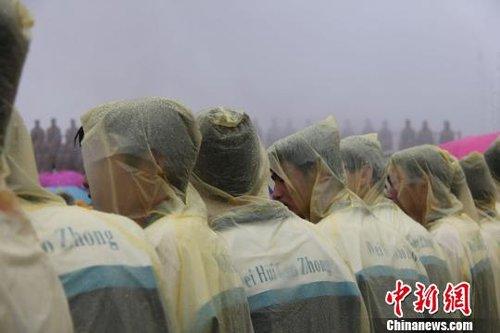 尽管穿着雨衣,但天气让学生们仍然瑟瑟发抖吕学杰摄