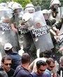 示威者与防暴警察发生冲突