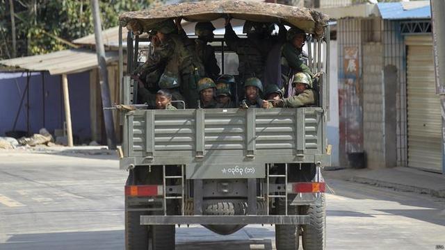 在果敢首府老街的缅甸政府军士兵