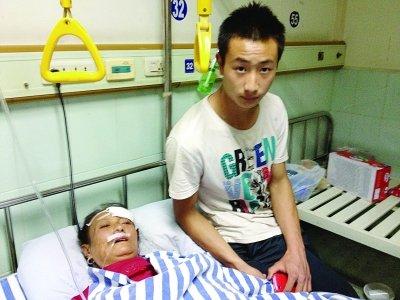 19岁小伙不顾房子摇晃徒手刨救出母亲(图)