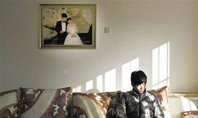11月28日,青岛胶南,丁海伟的婚房挂着与妻子的结婚照。如今妻子和未出世的孩子都已离世。新京报记者 周岗峰 摄