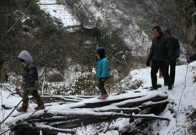 陕西22名孩子跋山涉水8公里求学 每天走1.5小时