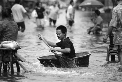 曼谷灾民排十里长队出城避难 市民大规模抢购