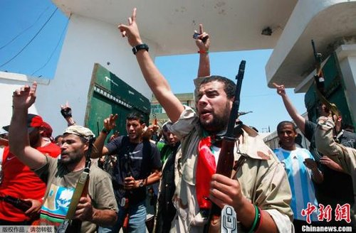 利比亚反对派占领阿齐齐亚兵营 卡扎菲去向不明