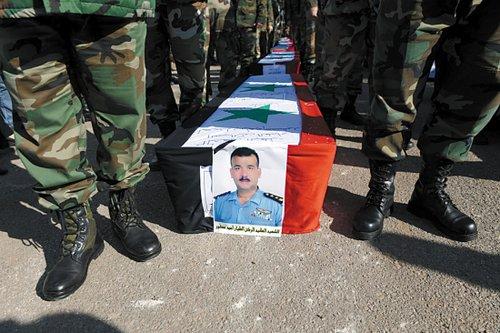 叙利亚政府26日在霍姆斯为近日遇难的17名士兵举行葬礼。叙利亚8个月来至少已有3500人死于各种暴力事件