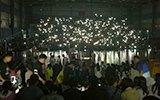 青岛一高校篮球赛突停电 学生集体点亮手机