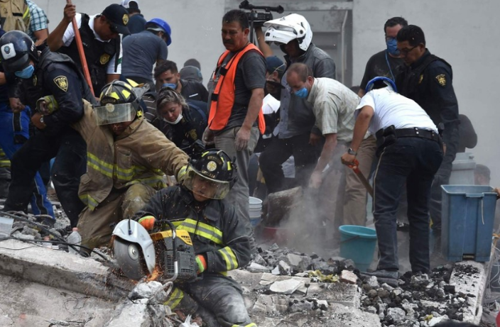 墨西哥震后民众迅速自救 合力抬动水泥板