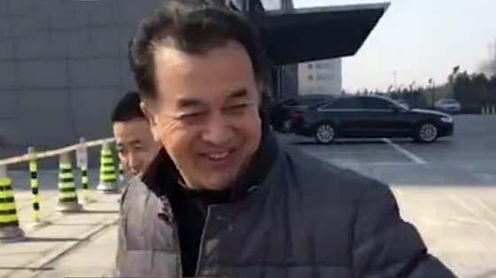 黄宏扭头不看镜头躲避采访:没事,我就散散步