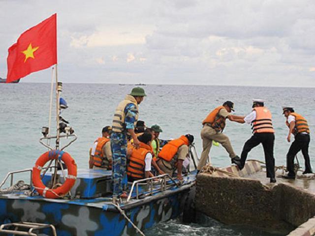 越南菲律宾军人在南沙中国岛屿上踢足球联欢(