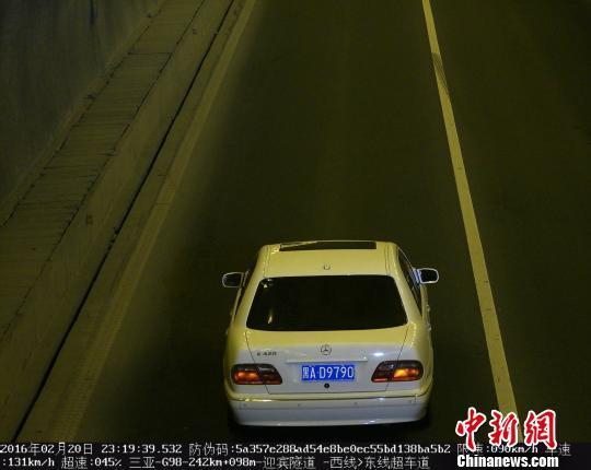 """图为海南警方曝光的涉嫌""""套牌假牌""""车辆。 警方视频监控截图 摄"""