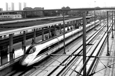 """中国高铁里程超2万公里 """"四纵四横""""基本成型"""
