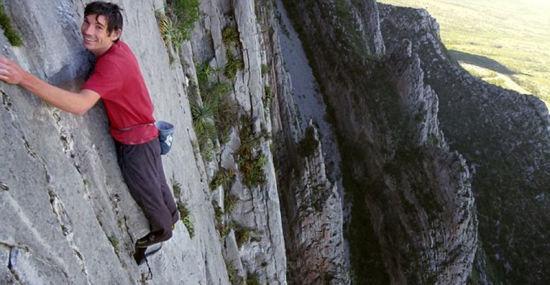 职业登山者霍诺尔德完成了不可能的任务,仅用3小时,在没有安全绳的情况下徒手攀上762米高悬崖。(网页截图)