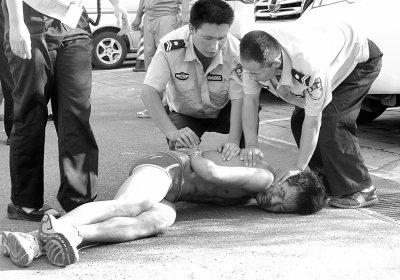 """的""""内裤男""""被警察和保安铐上手铐后还大声骂脏话-两醉汉殴打多人"""
