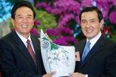 11月6日,马英九在台北宾馆会见海协会会长陈云林一行。这是马英九向陈云林赠送礼品。