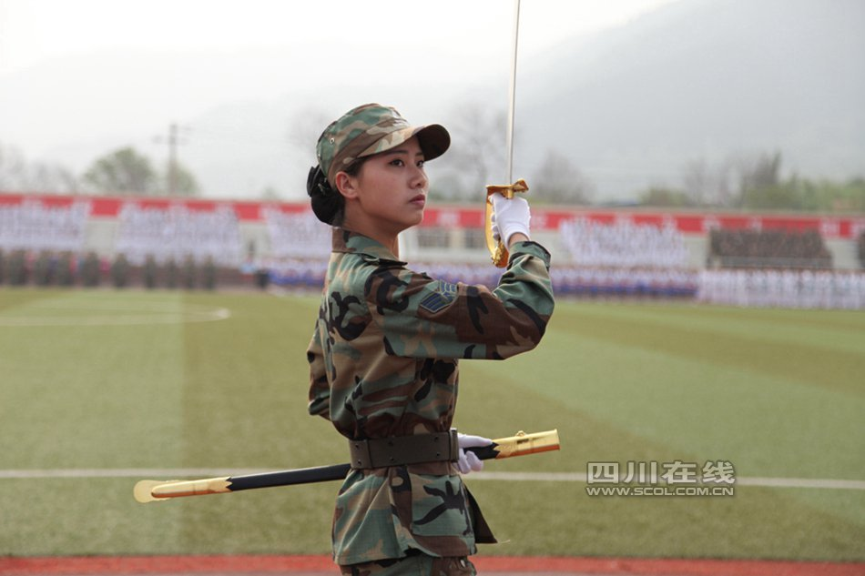 全国首支高校女子仪仗队亮相成都 - 海阔山遥 - .