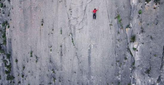 到目前为止,霍诺尔德是世界上唯一一个成功徒手征服这座悬崖的人。(网页截图)